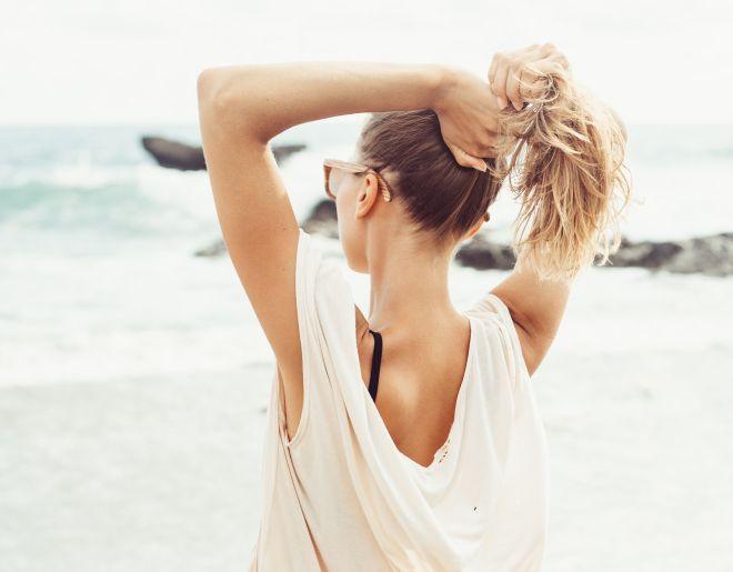 Как влияе слънцето на косата и как да се справим с пораженията от плажните дни?